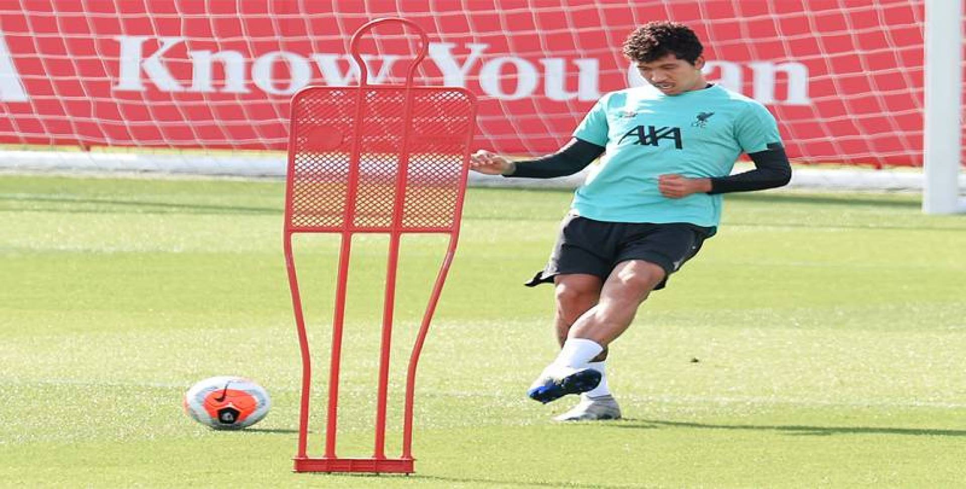 فيرمينيو خلال تدريبات ليفربول