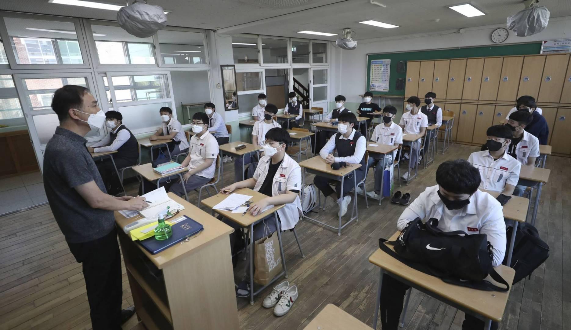 طلاب الثانوية في كوريا الجنوبية يعودون لمدارسهم بـ«الكمامات».. بعد تراجع «كورونا»