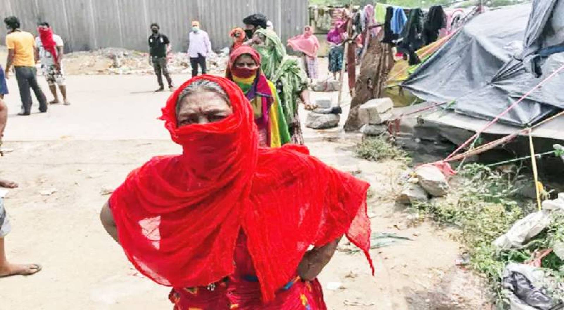نساء هنديات يستخدمن الوشاح بدلا من الكمام للوقاية من الفيروس التاجي