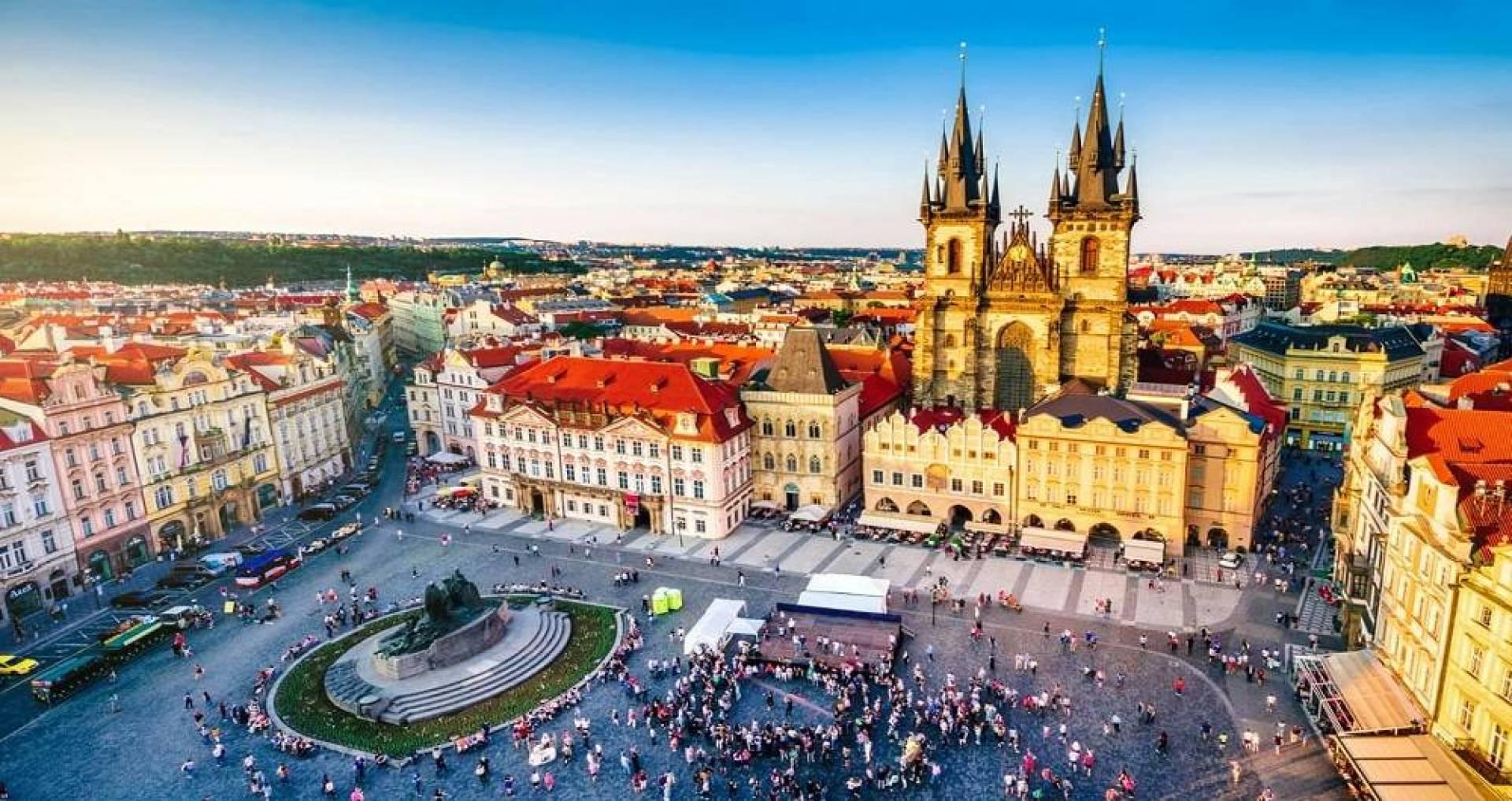التشيكيون يتركون الكمامات ويعودون للمطاعم والمدارس