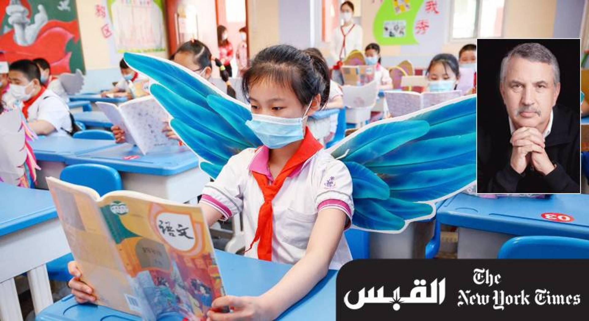تلميذة تضع جانحين للحفاظ على مسافة مع الآخرين داخل مدرسة في إقليم شانشي بشمال الصين (أ.ف.ب)