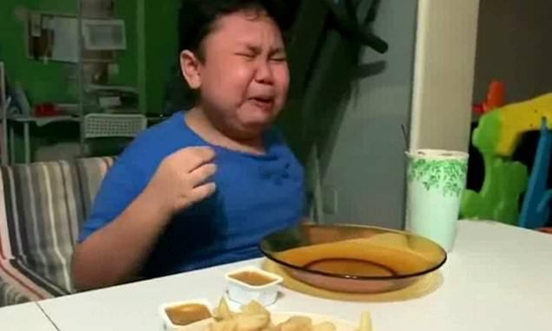 طفل يستقبل أول وجبة من مطعمه المفضل بعد تخفيف الحظر.. بالدموع!