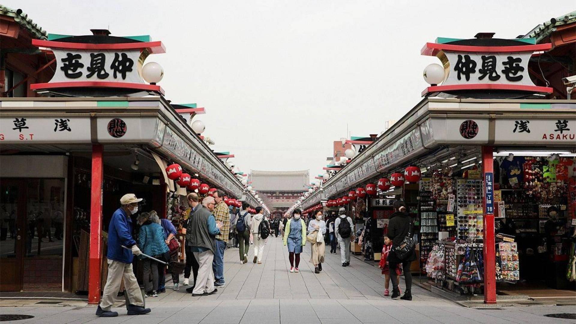 حاكمة طوكيو تعلن مزيداً من إجراءات تخفيف قيود العزل العام