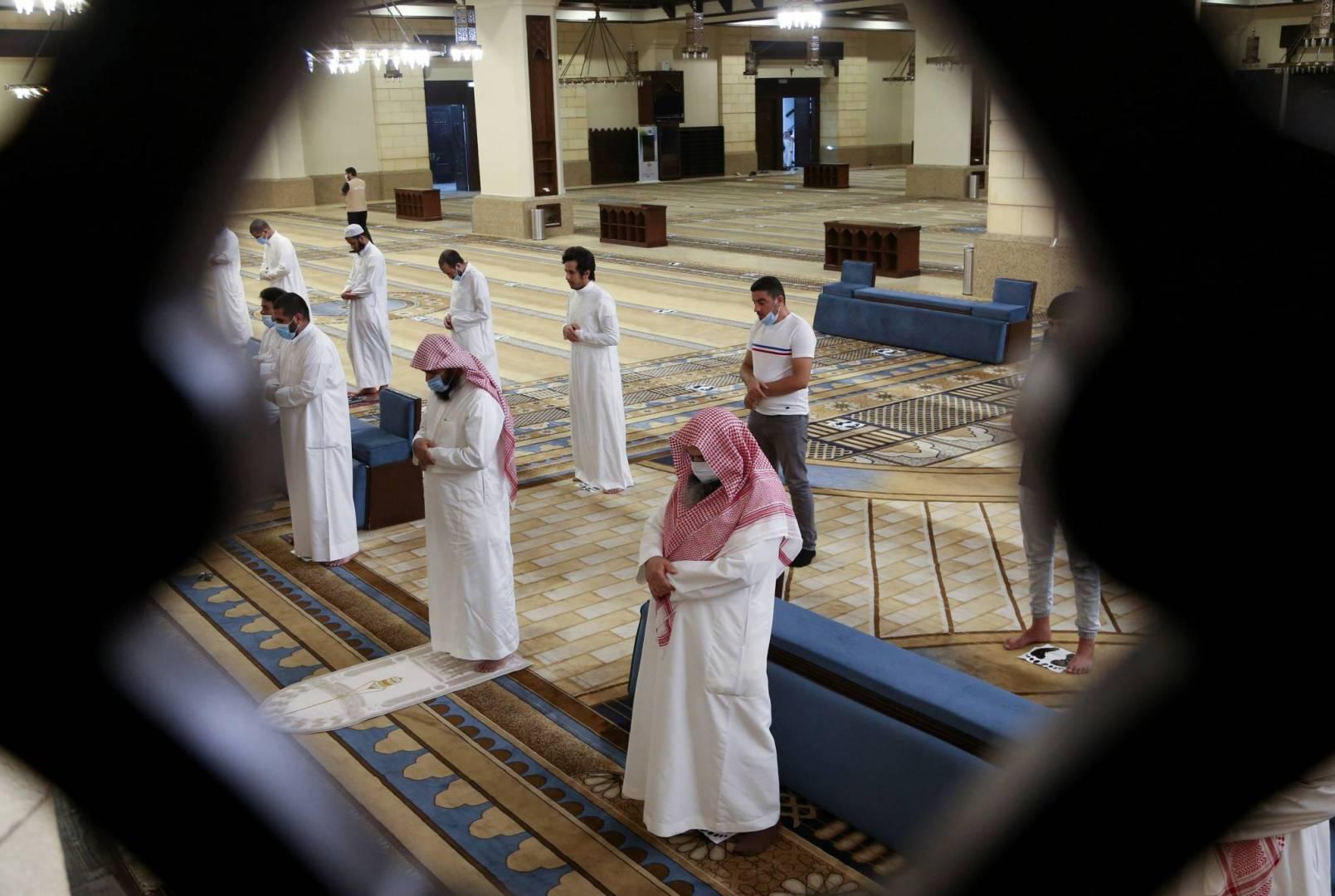 السعودية تعيد فتح المساجد للمصلين.. للمرة الأولى منذ شهرين