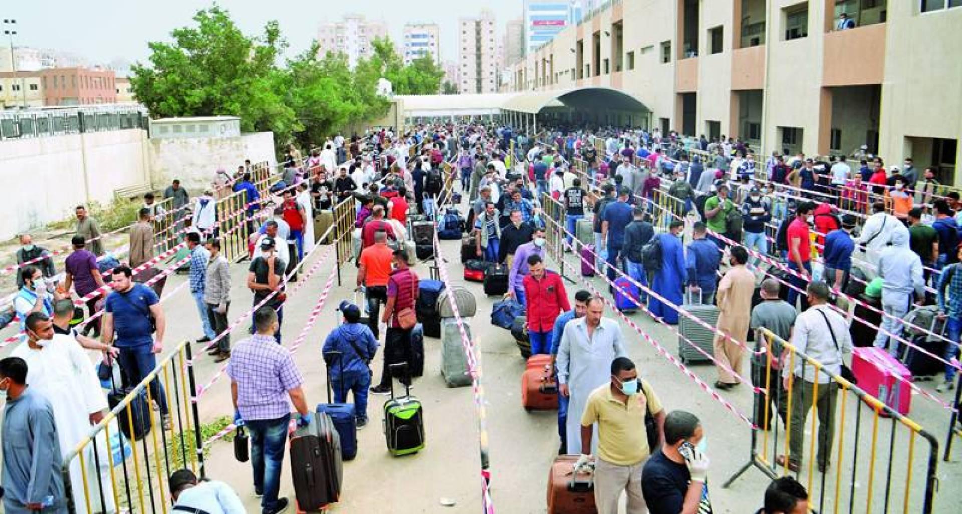 مخالفون للإقامة استفادوا من مهلة «غادر بأمان» الشهر الماضي (تصوير: بسام زيدان)