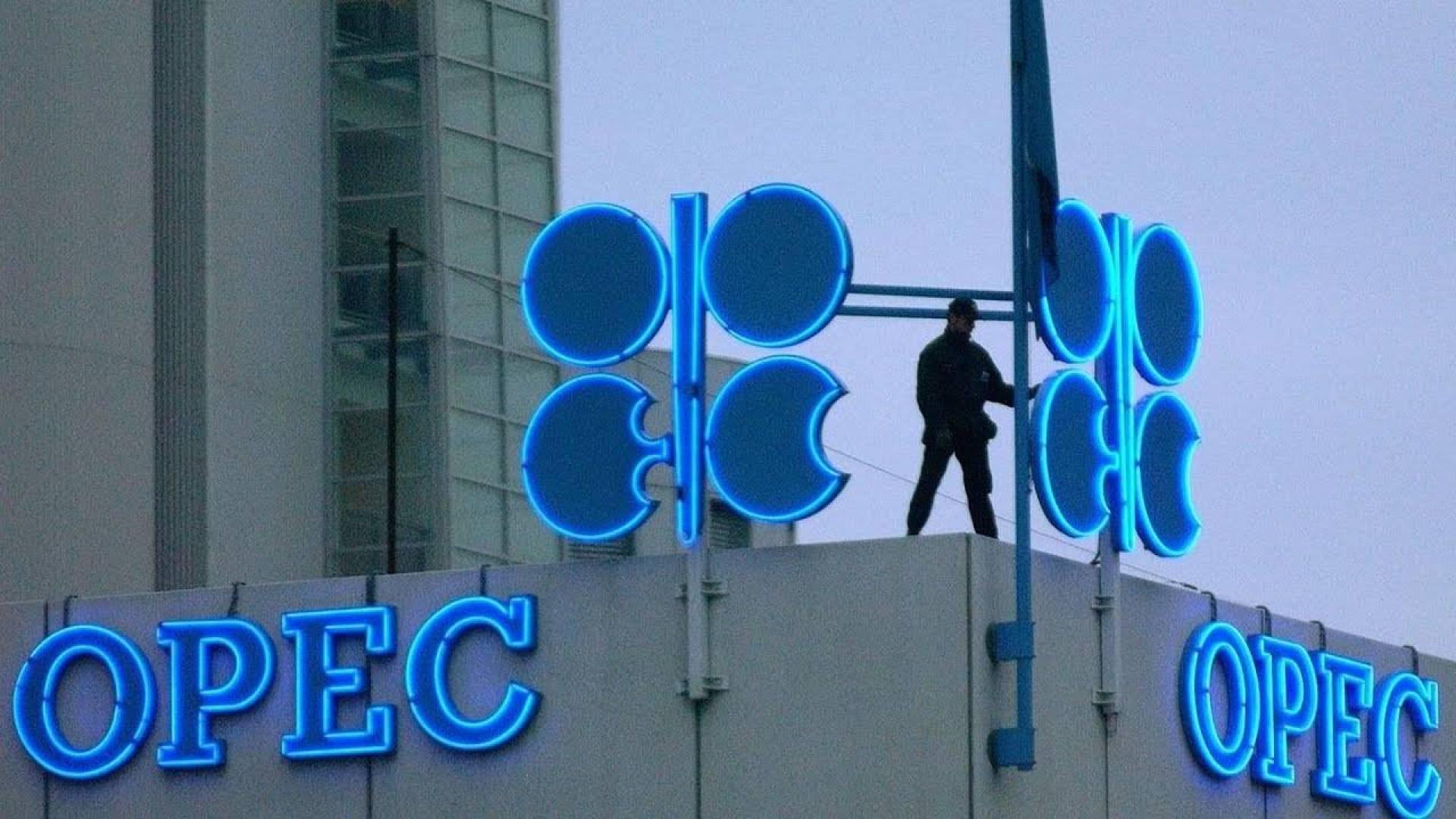 «أوبك» وروسيا تتفاوضان بشأن تخفيض إنتاج النفط.. قبل اجتماع يونيو