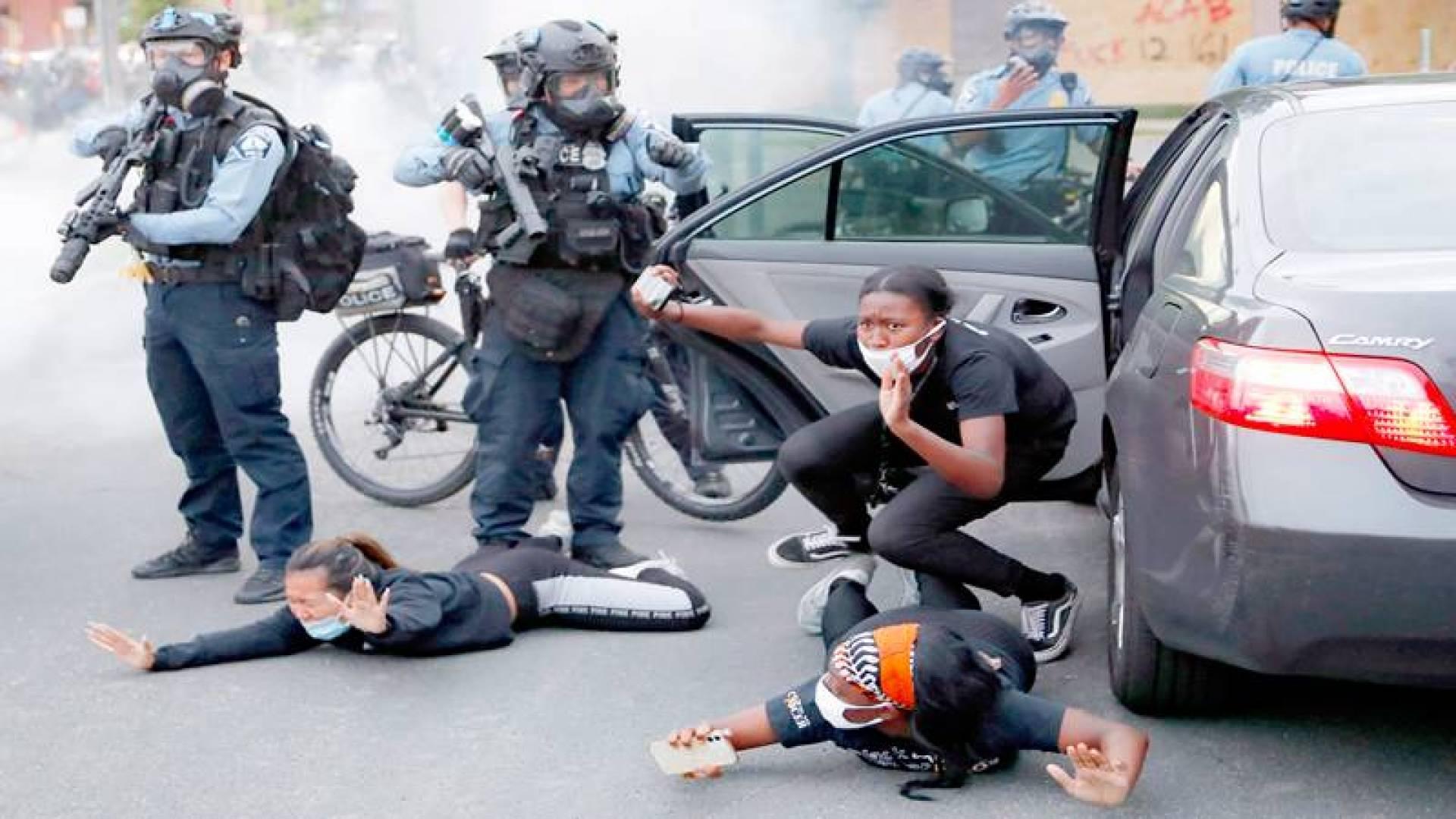 متظاهرون مستلقين على الأرض بعد أن أمرتهم الشرطة بذلك خلال احتجاج جنوب واشنطن (أ ب)