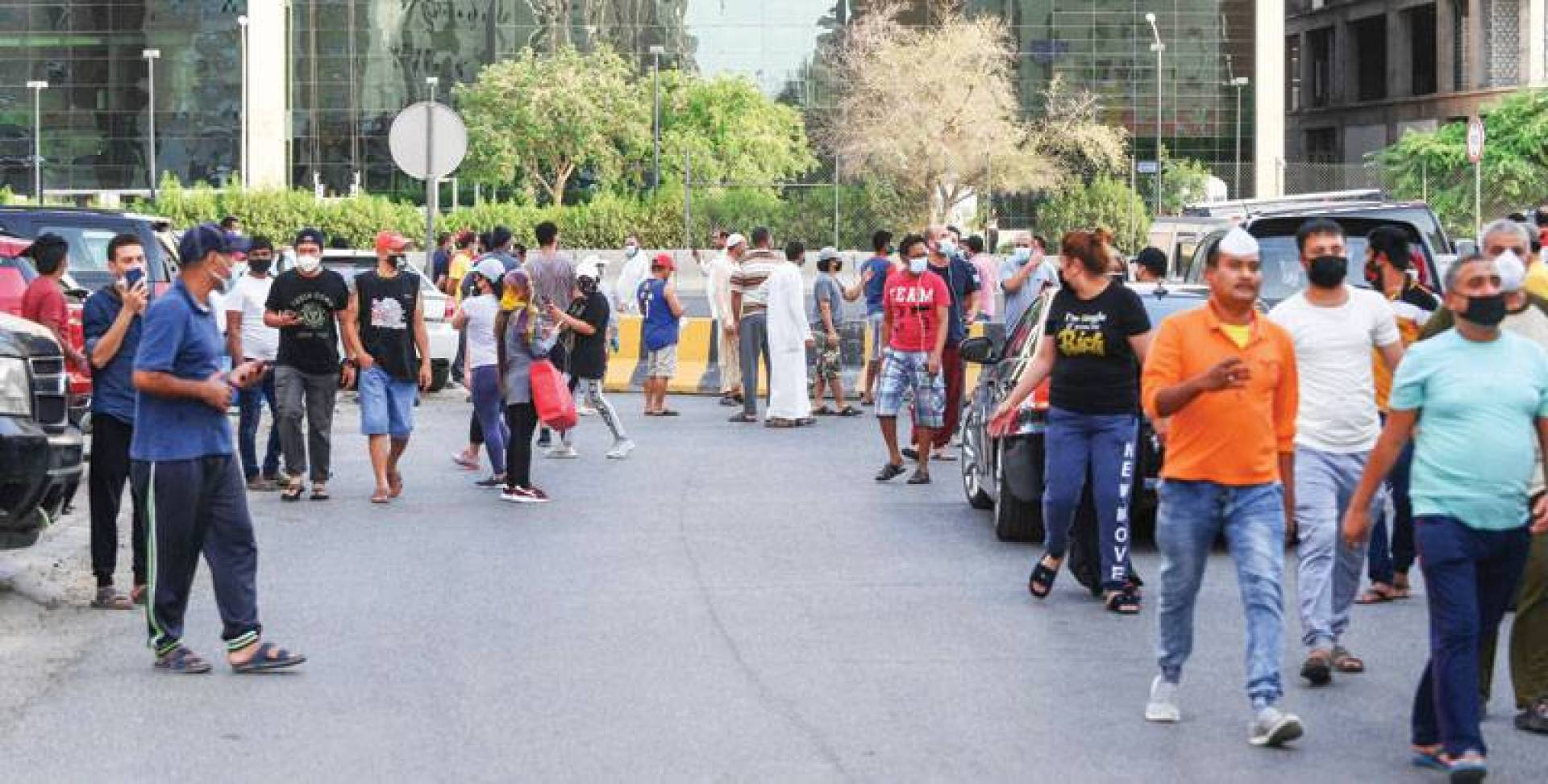 تمضية الوقت بالمشي في فترة ما قبل حلول الحظر (تصوير: محمود الفوريكي وبسام زيدان)