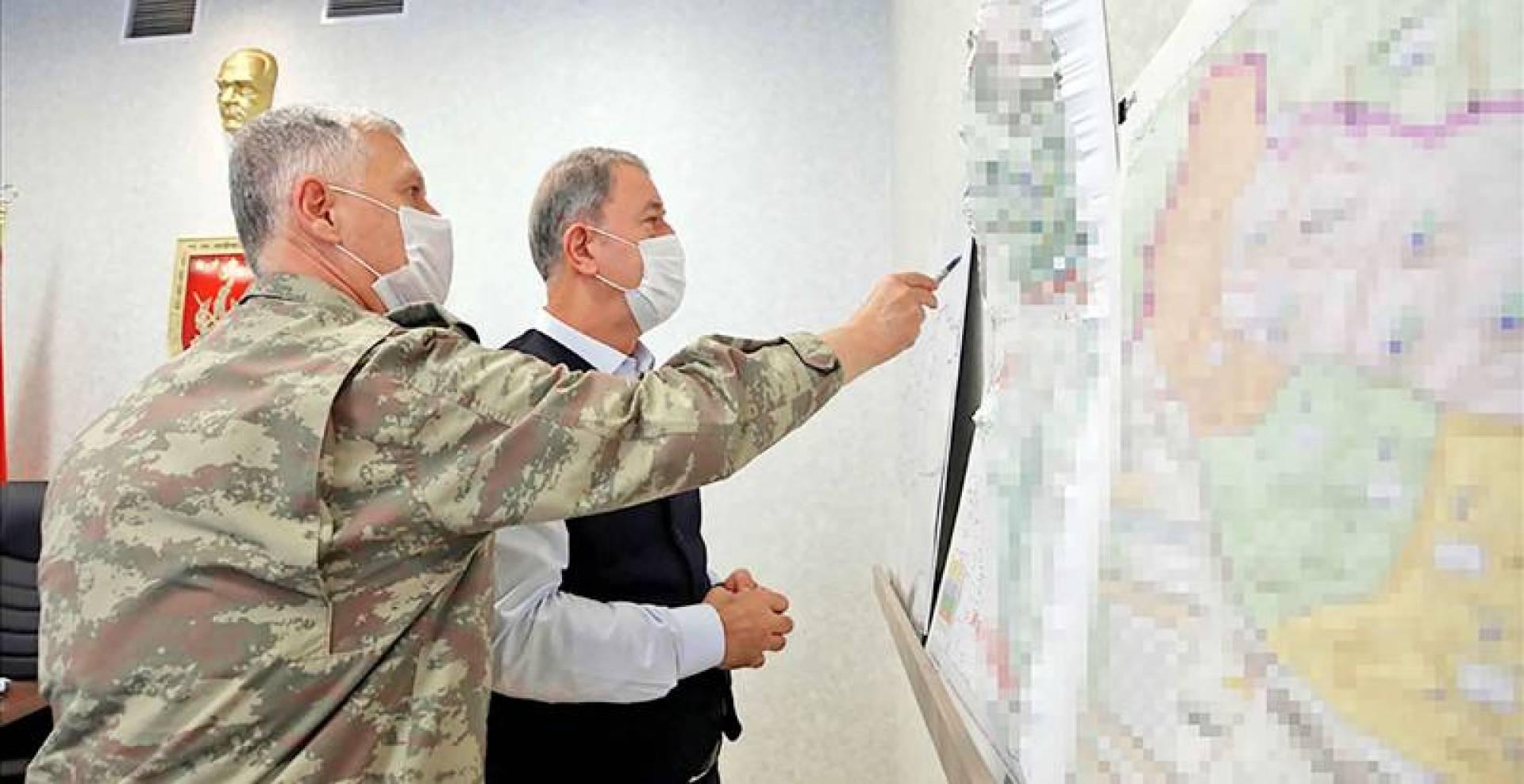 وزير الدفاع التركي خلوصي أكار يطلع على سير عملية مخلب النمر شمالي العراق (أ.ف.ب)