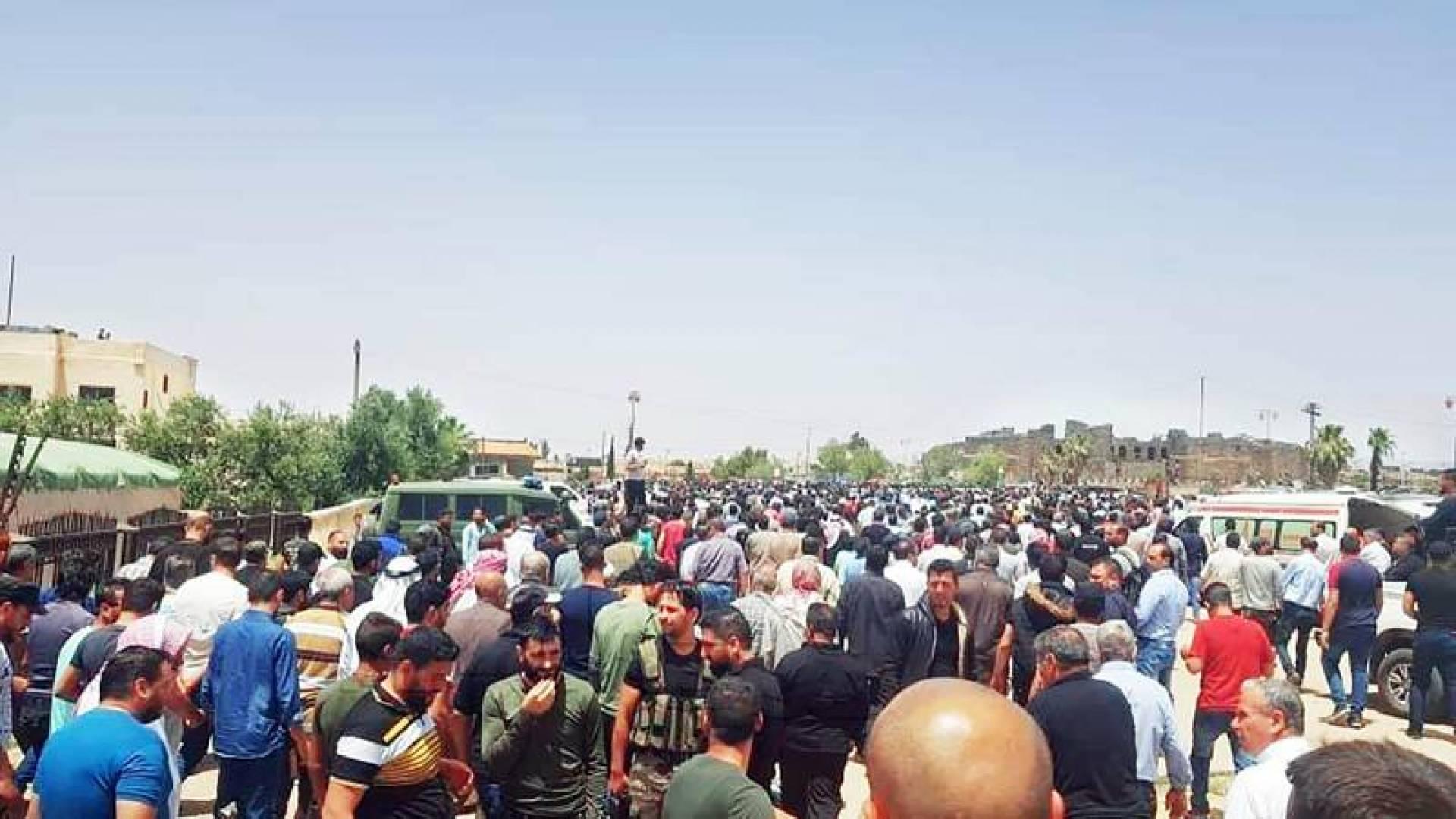 جانب من تظاهرة درعا ضد النظام وحزب الله خلال تشييع قتلى الفيلق الخامس (انترنت)