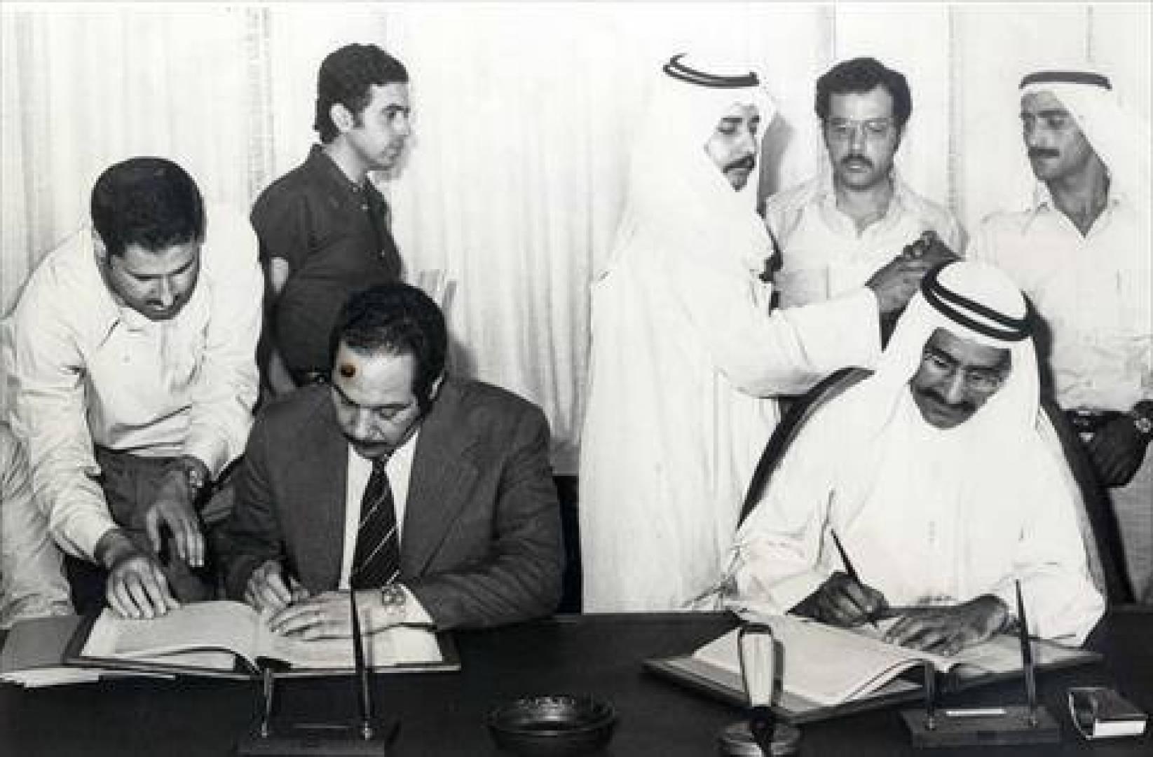 العتيقي والسفير المصري يوقعان اتفاقية القرض.. أرشيفية
