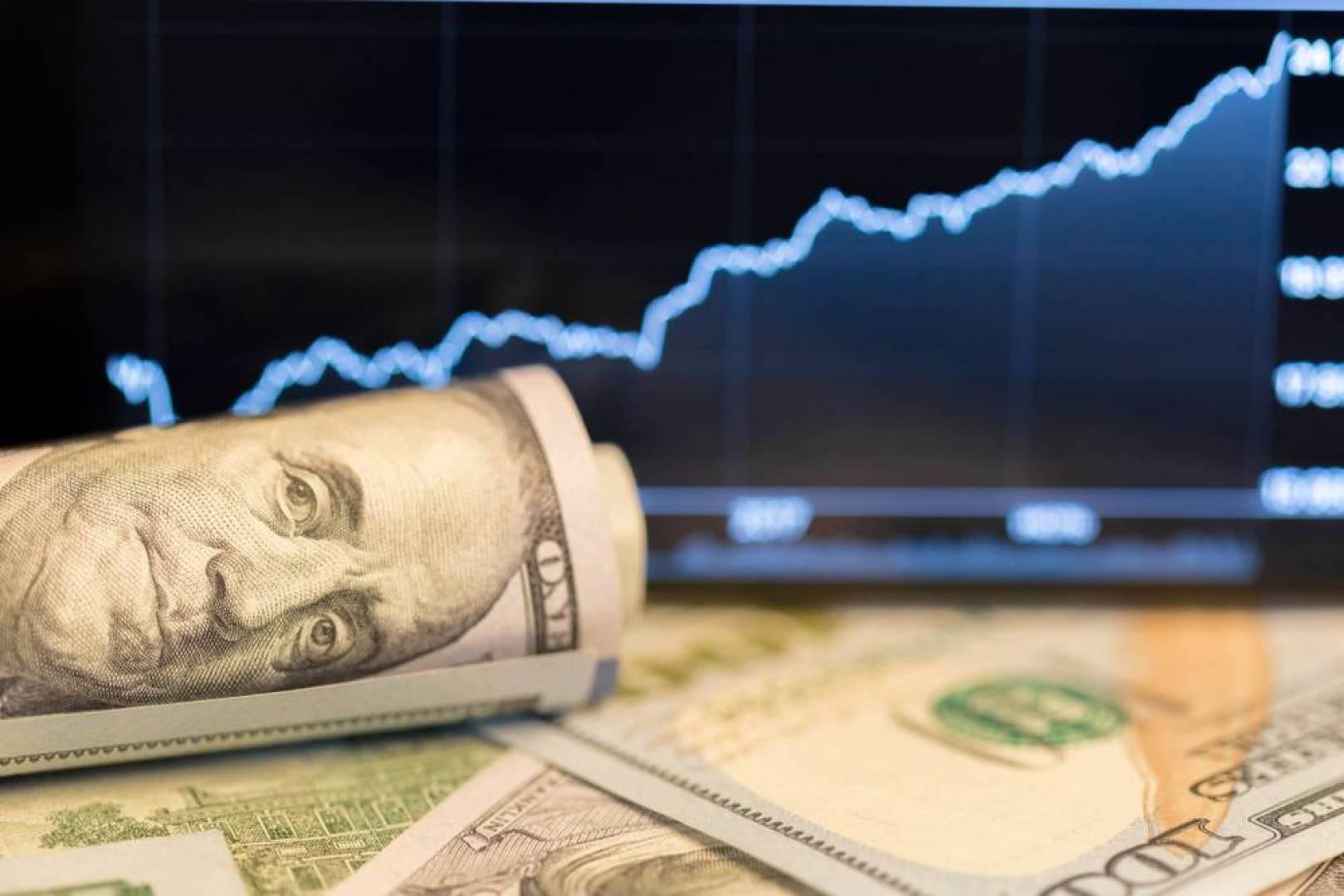 الدولار يكسب وسط عزوف عن المخاطرة في السوق