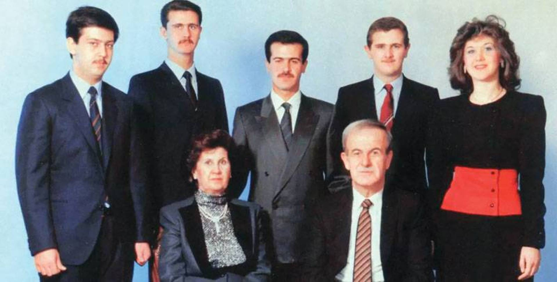الرئيس الراحل حافظ الأسد وزوجته أنيسة مخلوف وأبناؤهما بشرى ومجد وباسل وبشار وماهر