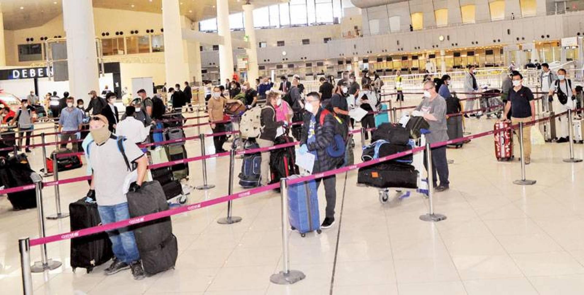 مقيمون مغادرون في المطار لا يعلمون المطلوب حين يعودون (تصوير: سيد سليم)