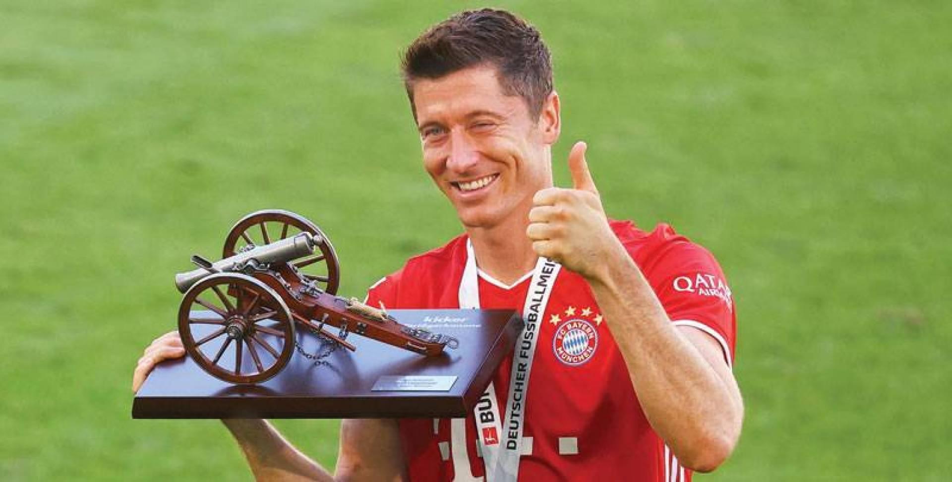 روبرت ليفاندوفسكي حاملاً جائزة هداف الدوري الألماني (ا.ف.ب)