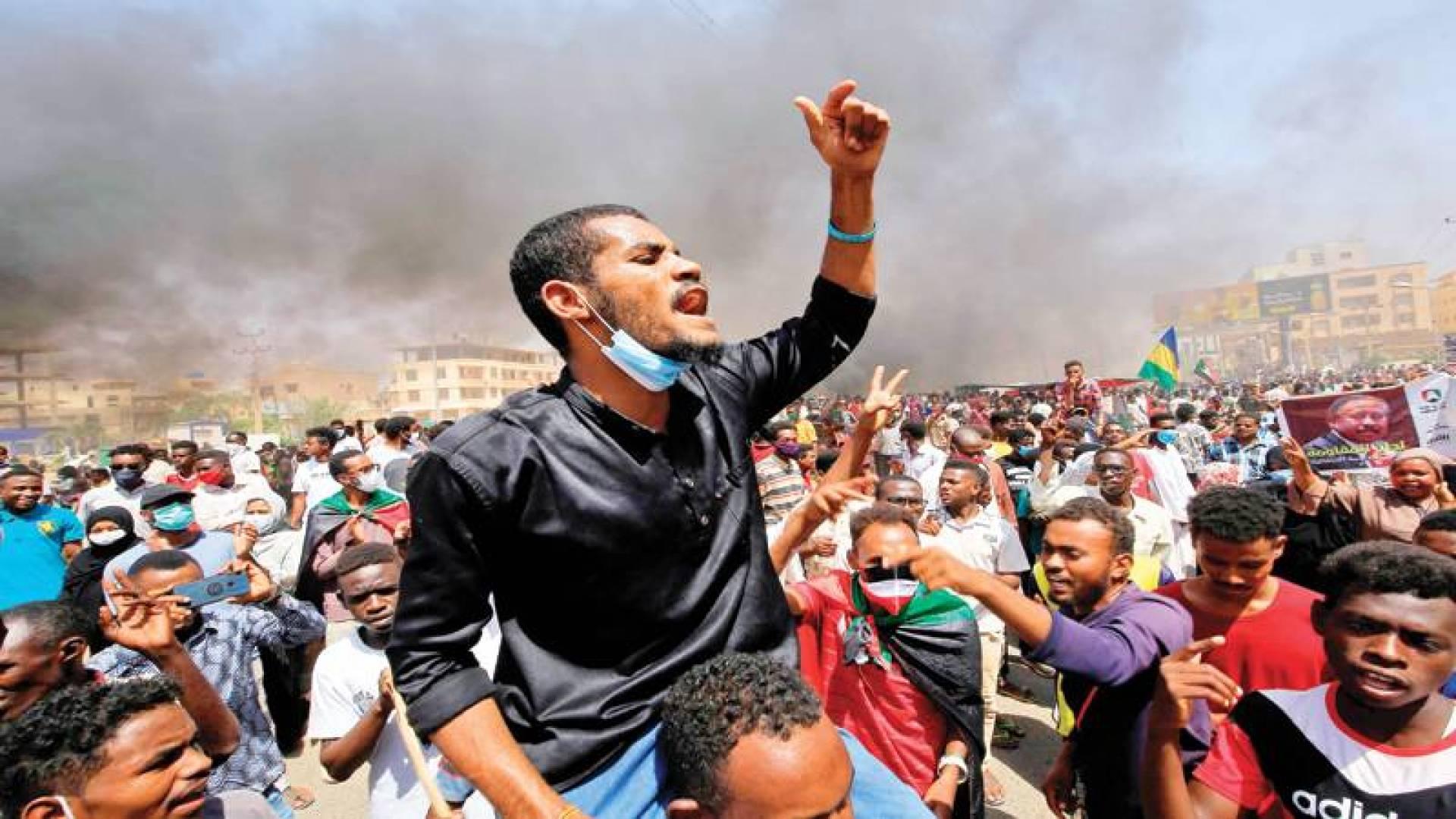 متظاهرون في شارع الستين شرقي العاصمة الخرطوم أمس (أ ف ب)