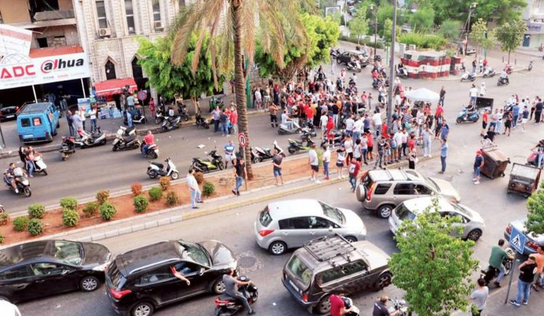 لبنانيون يقطعون الطريق عند تقاطع كورنيش المزرعة وفردان..  احتجاجاً على ارتفاع سعر صرف الدولار والغلاء
