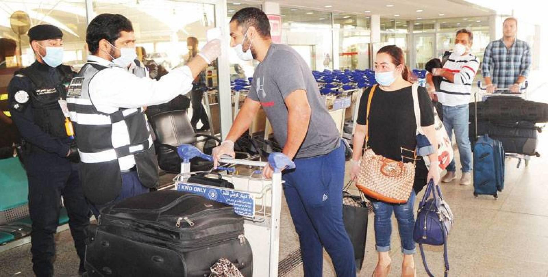 فحص المسافرين في المطار  (تصوير: سيد سليم)
