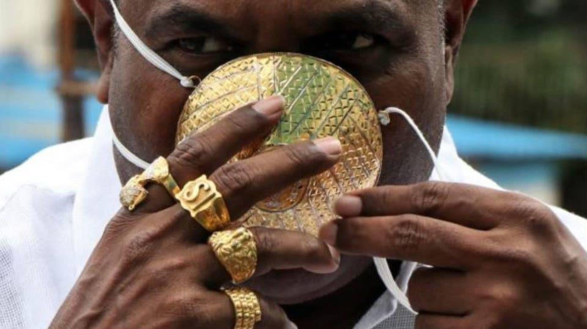 هندي يضع كمامة ذهبية بقيمة أربعة آلاف دولار للوقاية من كورونا