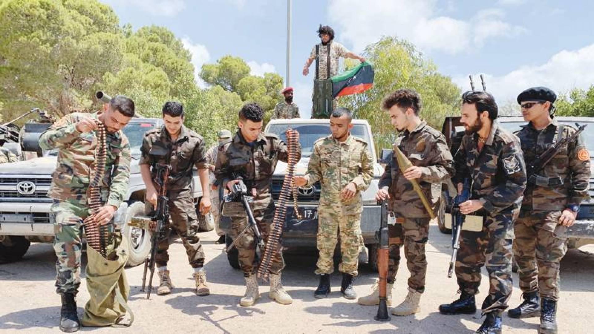 مقاتلون تابعون لحكومة «الوفاق» يستعدون في طرابلس قبل التوجه نحو جبهة سرت (رويترز)