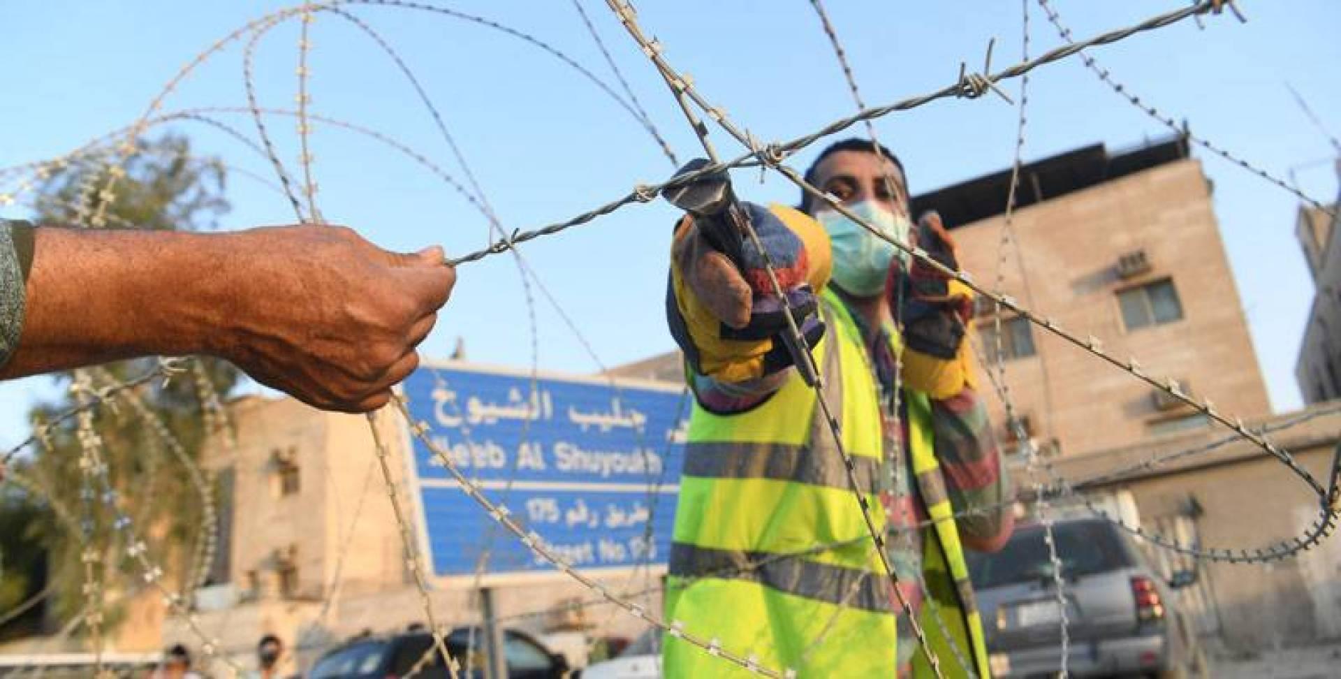إزالة الأسلاك الشائكة (تصوير: بسام زيدان)