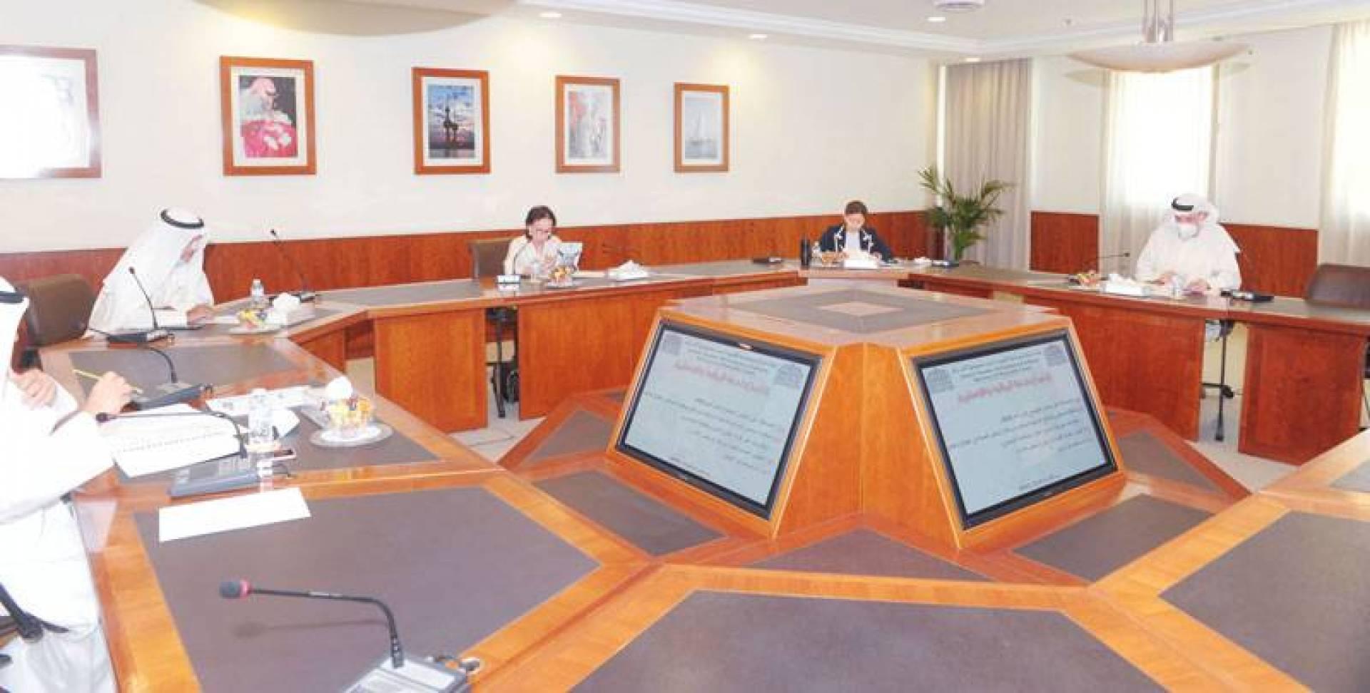 وفاء القطامي مترئسةً اجتماع لجنة المالية والاستثمار