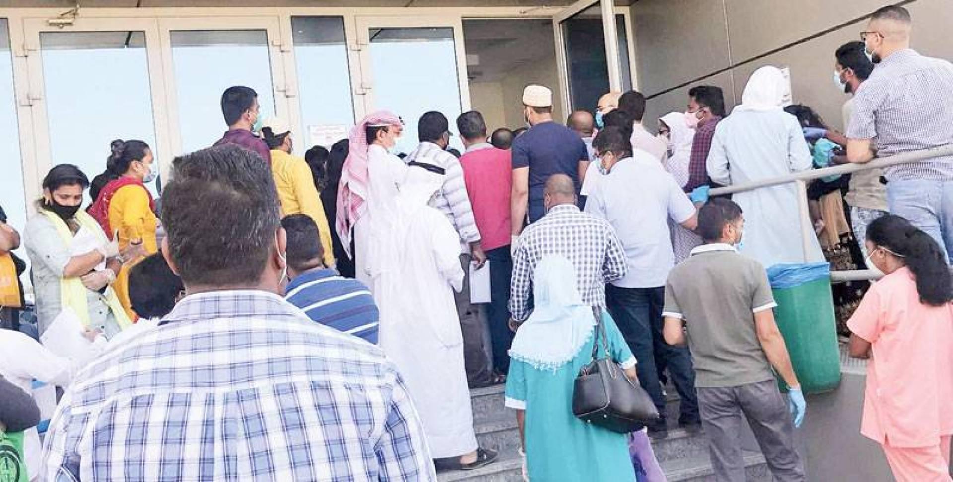عدد من العمالة أمام مركز الفحص