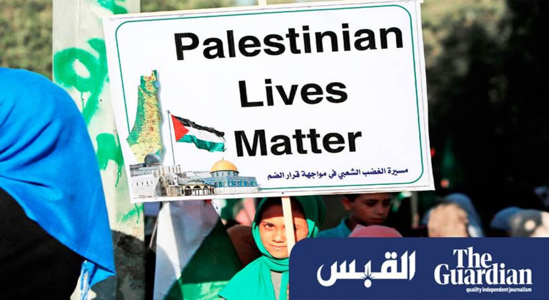 فلسطينية تحمل لافتة كتب عليها «حياة الفلسطينيين مهمة» خلال احتجاج في غزة ضد مساعي إسرائيل لضم أجزاء من الضفة الغربية