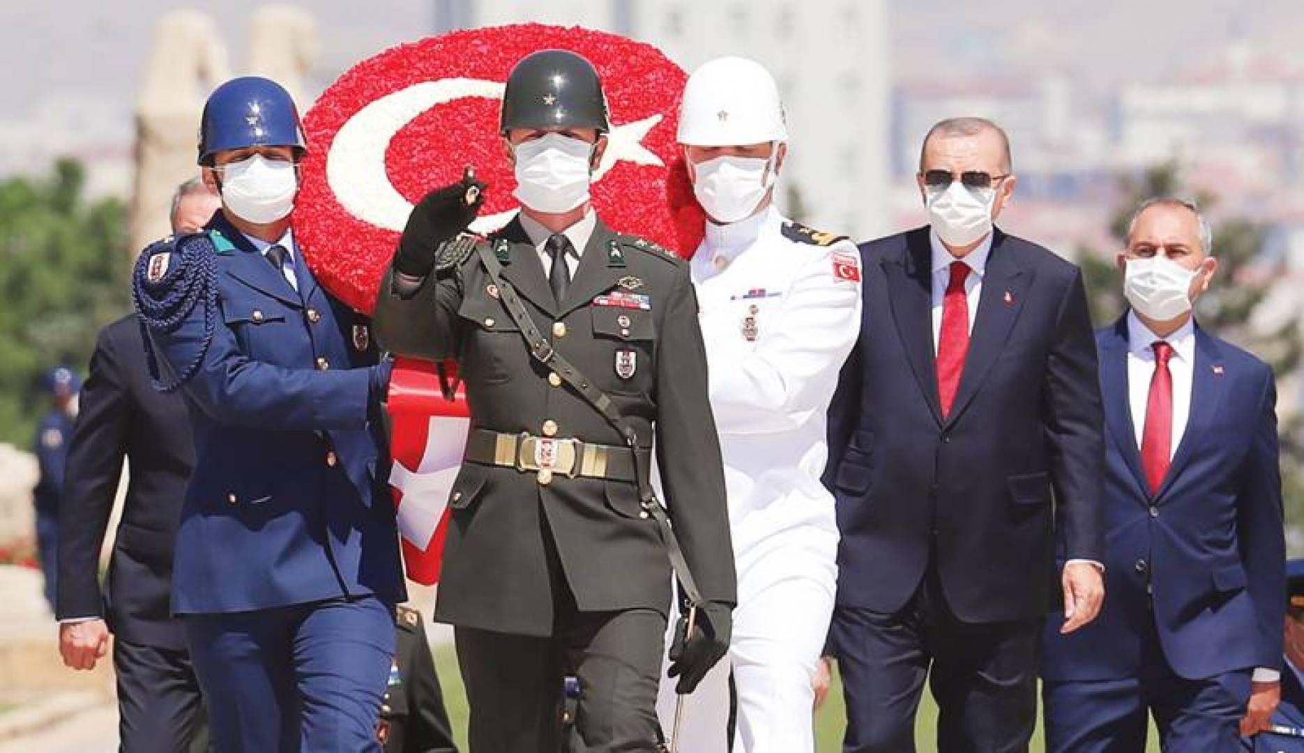 أردوغان وجنرالاته يزورون ضريح أتاتورك في أنقرة (أ ف ب)