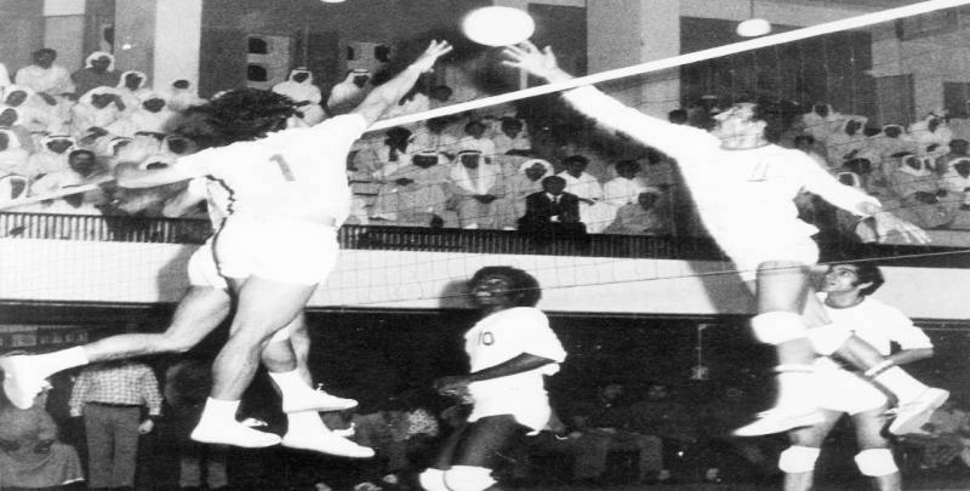 شعيب يحول كرة من فوق الشبكة إلى ملعب الفريق الأردني.. تصوير محمد بيدق