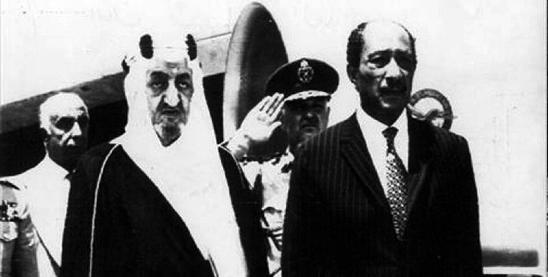 الملك فيصل لدى وصوله إلى القاهرة وإلى جانبه الرئيس السادات.. أرشيفية