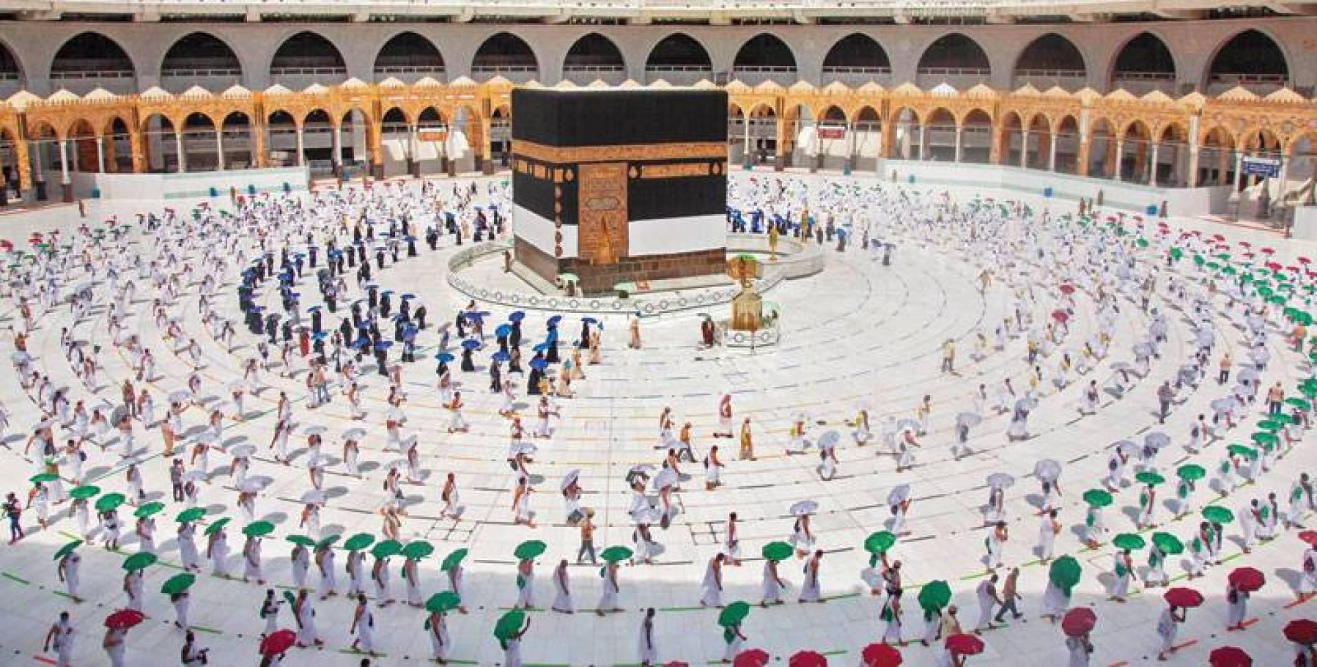 حجاج بيت الله الحرام على عرفات اليوم