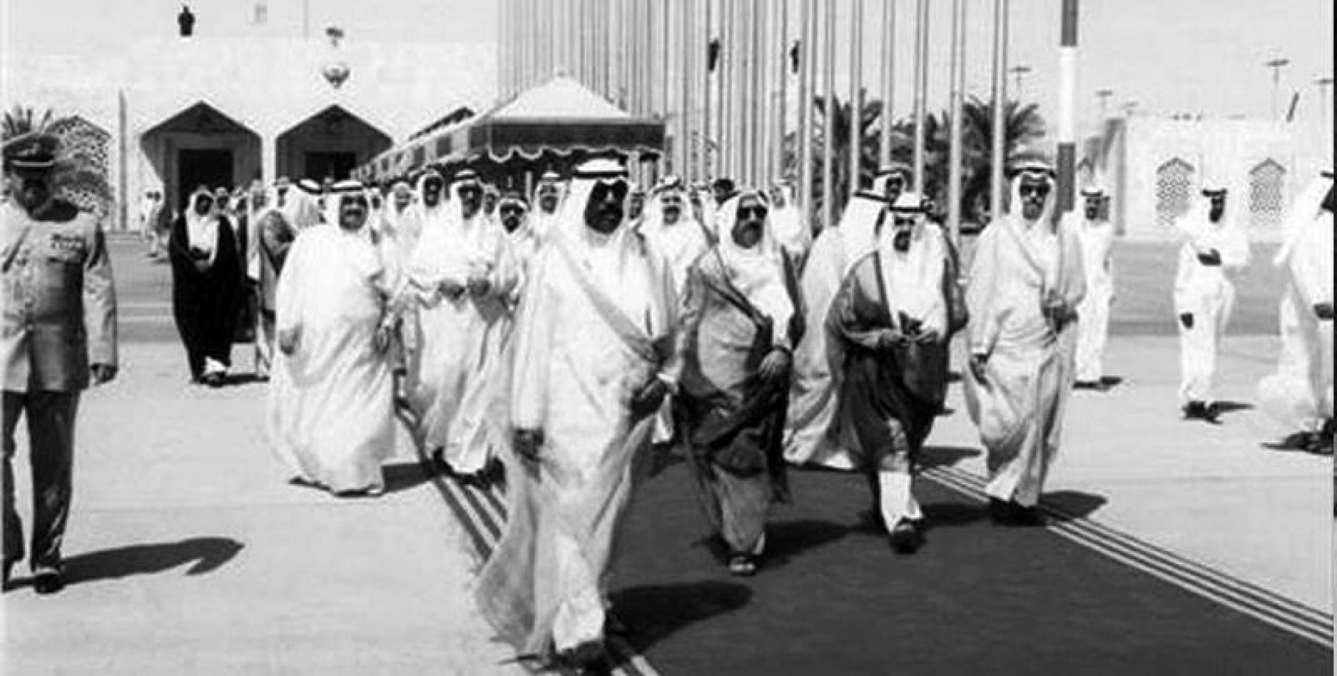 ولي العهد لدى مغادرته أرض الوطن وفي وداعه صباح الأحمد وكبار المسؤولين.. أرشيفية