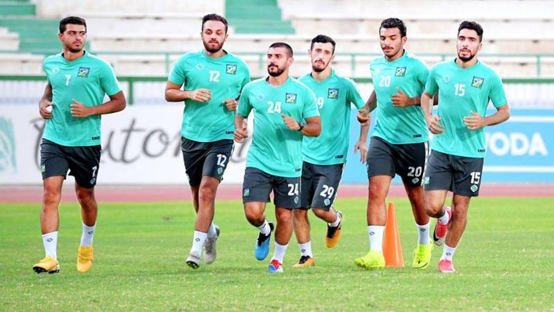 لاعبو العربي خلال التدريبات