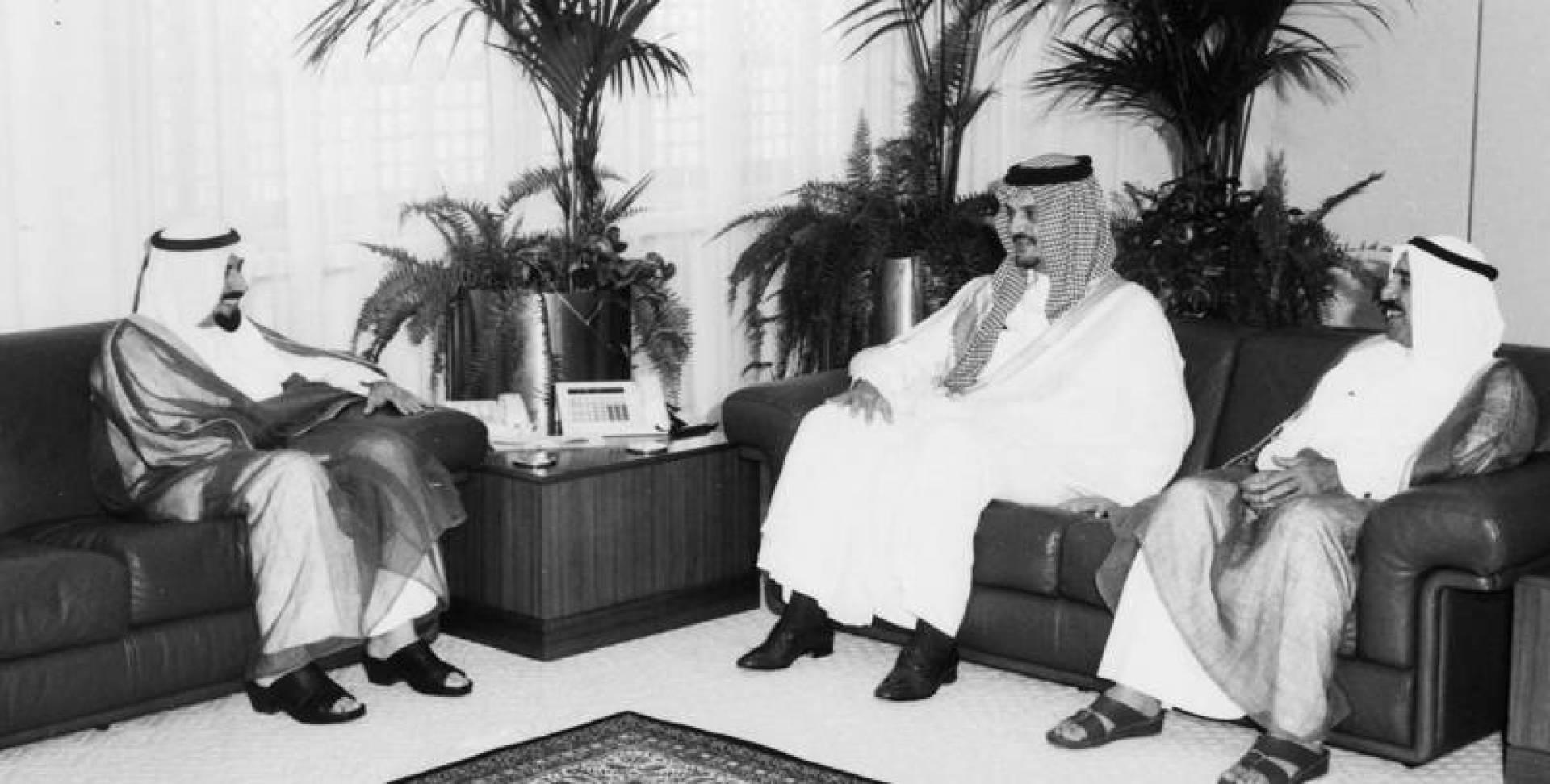 سمو الأمير لدى استقباله الفيصل بحضور الشيخ صباح الأحمد