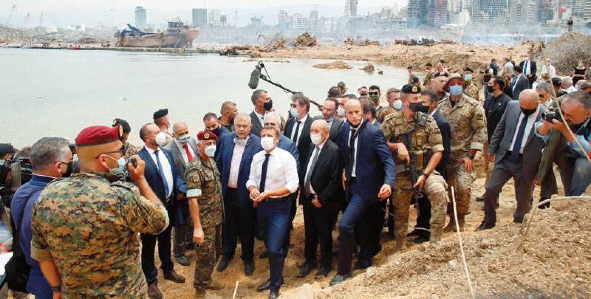 ماكرون خلال زيارته مرفأ بيروت المدمر أمس