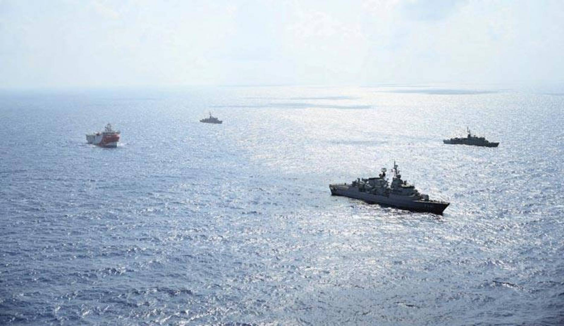 سفينة الأبحاث الزلزالية ترافقها سفن تابعة للبحرية التركية في المتوسط قبالة أنطاليا  (أ ف ب)