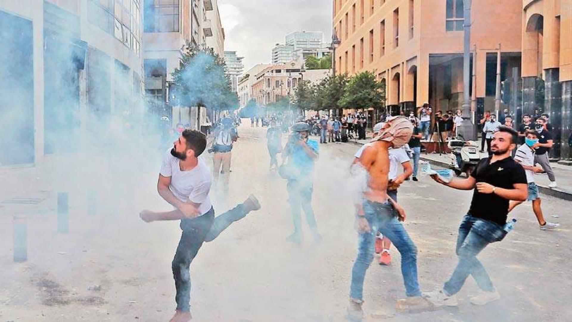 مواجهات وسط بيروت بين محتجين وقوات الأمن امس (أ.ف.ب)