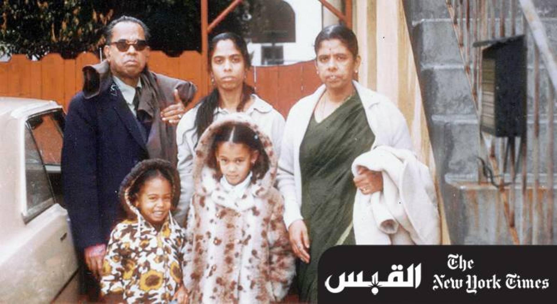 هاريس (في الوسط الأمامي) عام 1972 مع أختها الصغيرة وخلفها والدتها وجدَّاها