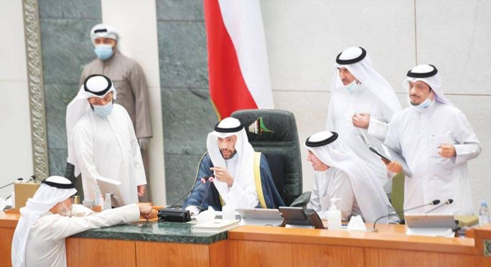 الغانم في حديث مع عدد من النواب خلال ترؤسه الجلسة أمس (تصوير: حسني هلال)