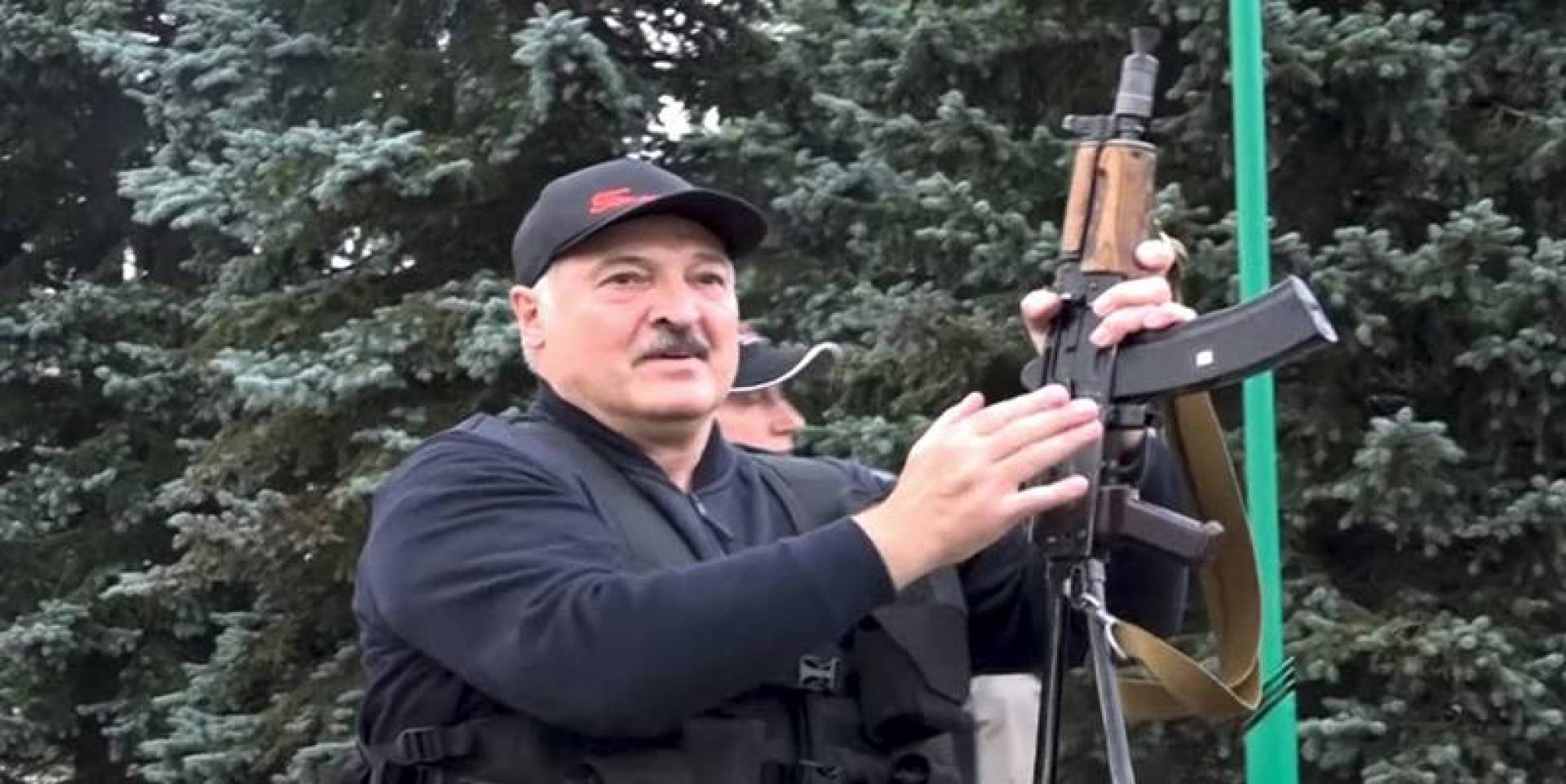 رئيس بيلاروسيا بـ«الكلاشينكوف» لمواجهة المحتجين