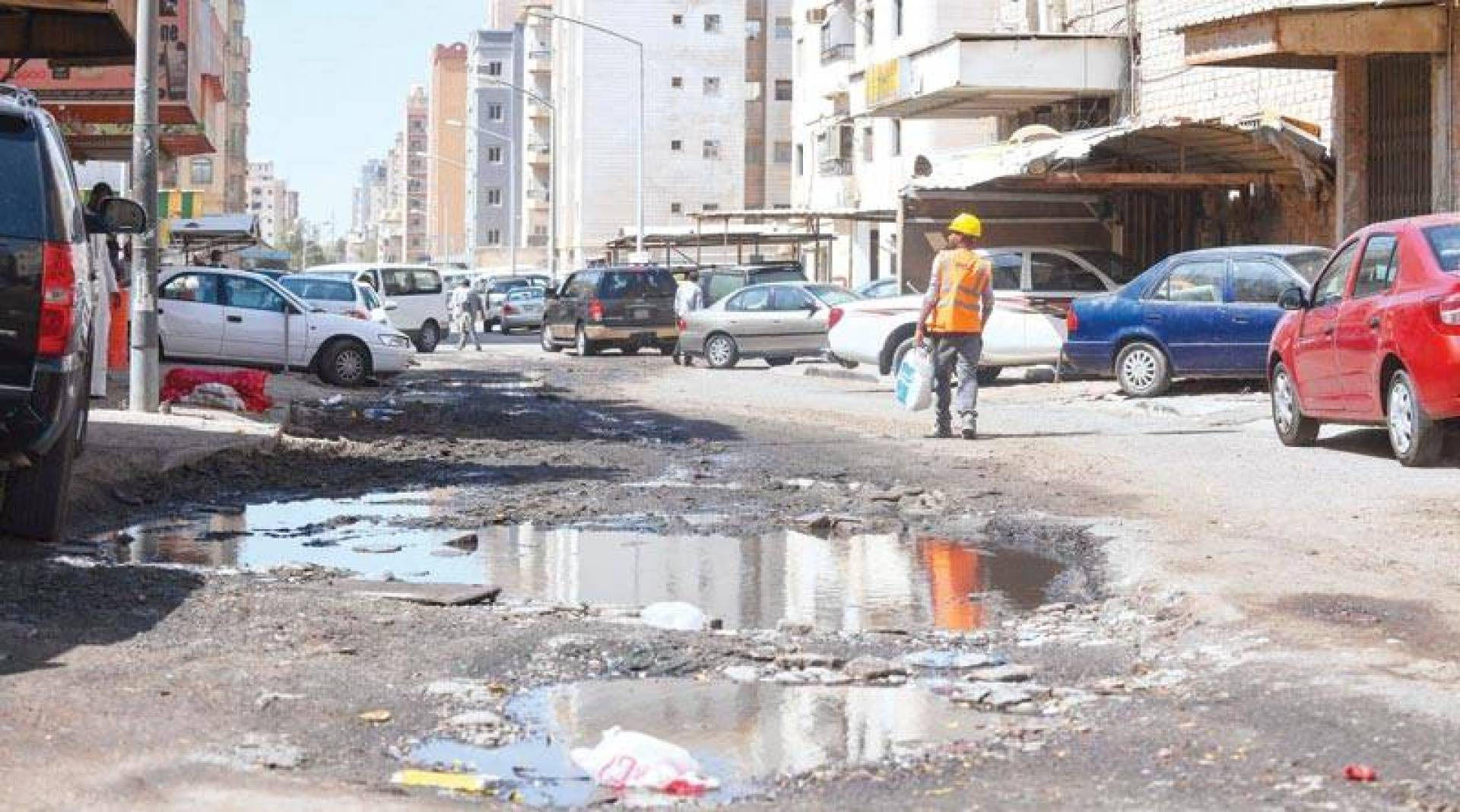 بِرك الصرف في كل مكان! (تصوير: محمود الفوريكي)