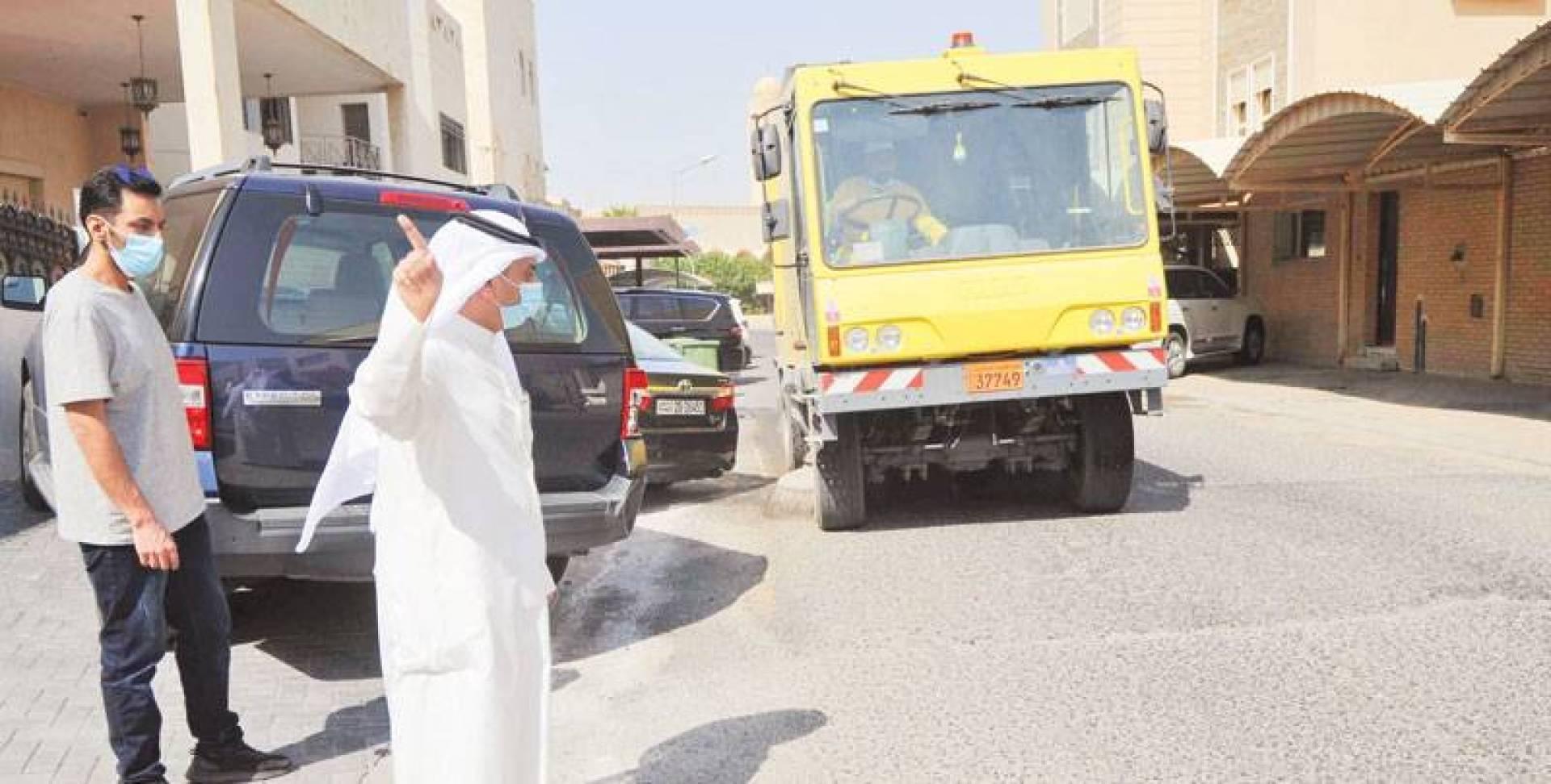 العازمي يتابع تنظيف شوارع المناطق  (تصوير: سيد سليم)