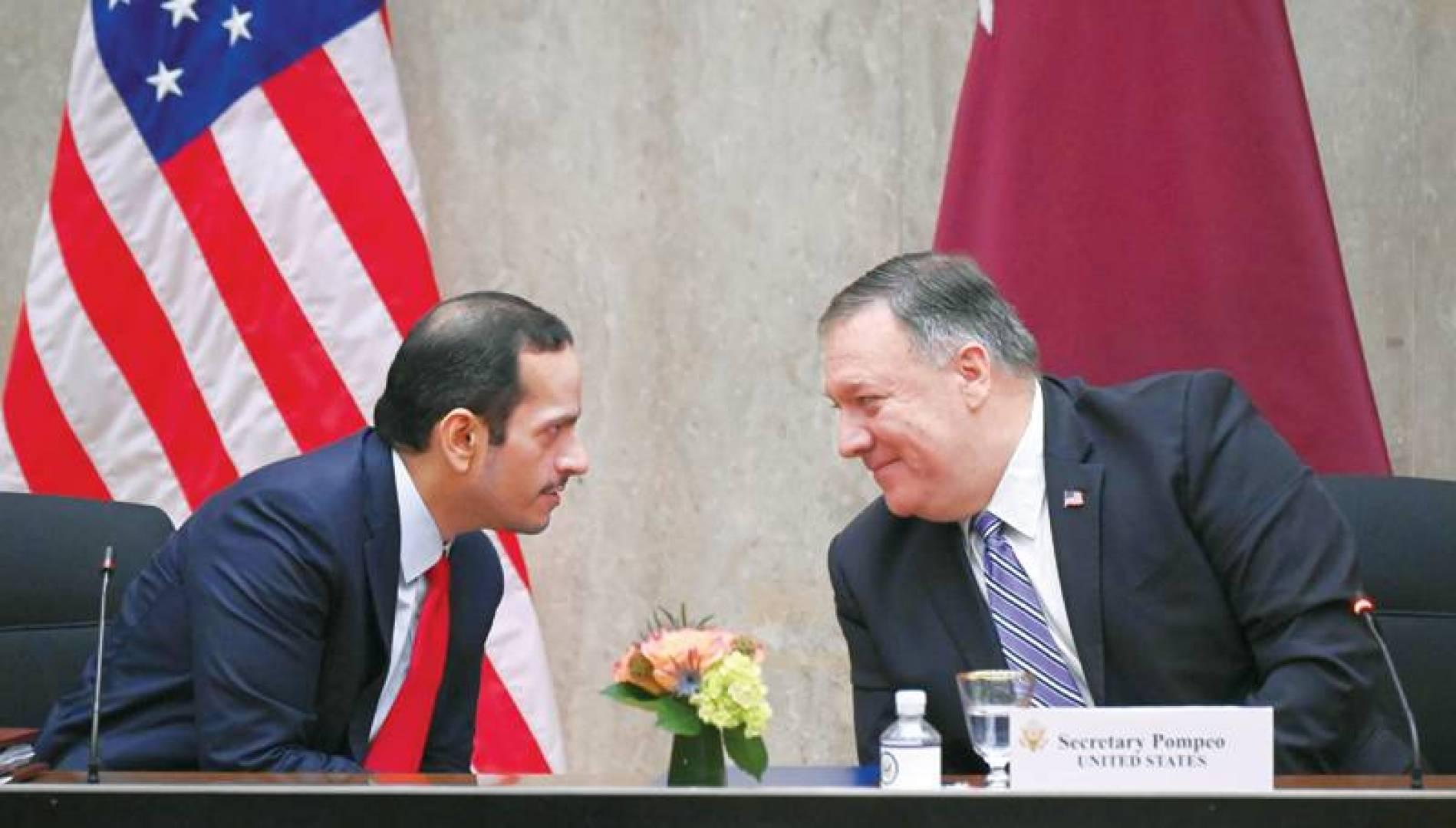 بومبيو ومحمد عبدالرحمن آل ثاني خلال افتتاح الحوار الإستراتيجي أمس (أ.ف.ب)