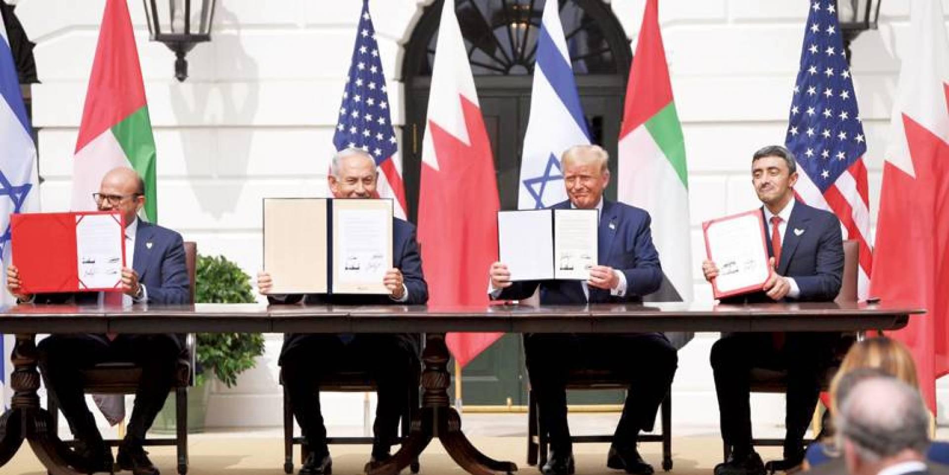 عبدالله بن زايد وترامب ونتانياهو والزياني خلال توقيع اتفاق التطبيع وإعلان السلام (رويترز)