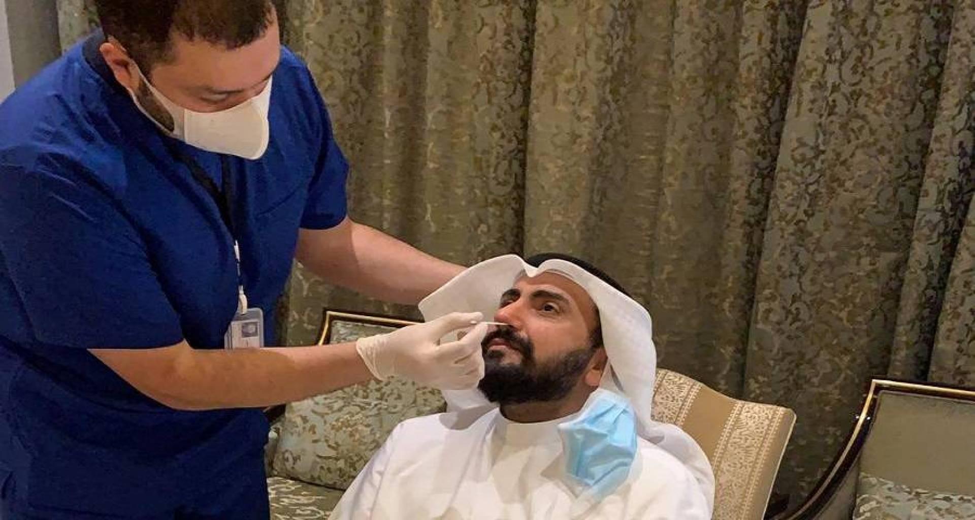 وزير الصحة يجري المسحة الطبية الخاصة بفيروس كورونا