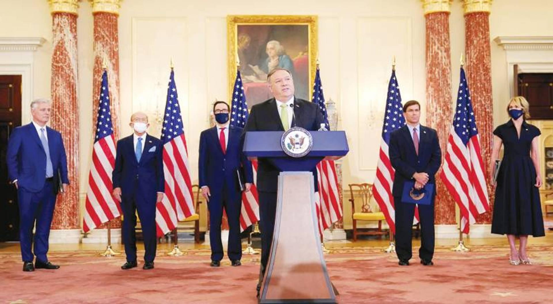 بومبيو متحدثاً بحضور أوبراين ومنوشين وإسبر وروس والسفيرة الأممية كيلي كرافت خلال المؤتمر الصحافي في واشنطن أمس (رويترز)