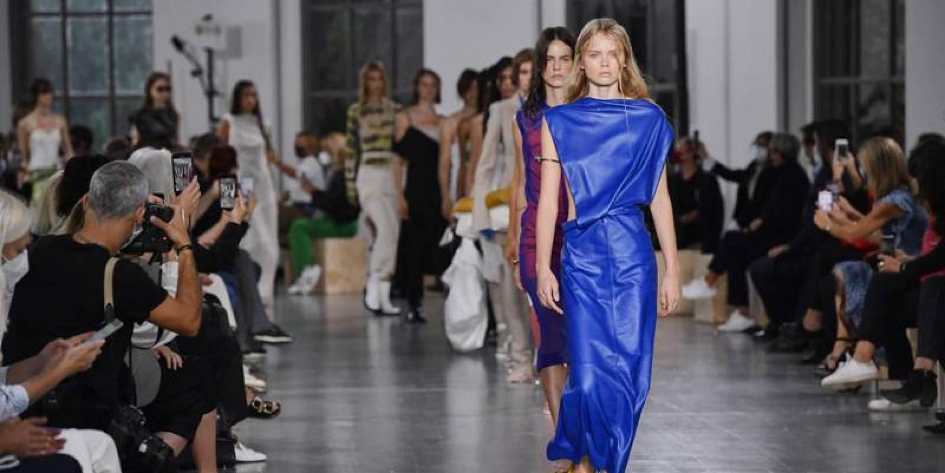 باريس تعود إلى عروض الأزياء