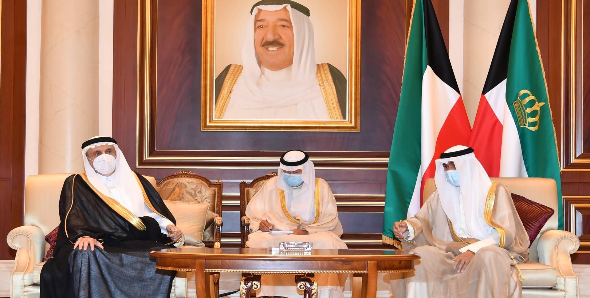 سمو أمير البلاد يستقبل ممثلي خادم الحرمين الشريفين وولي العهد السعودي