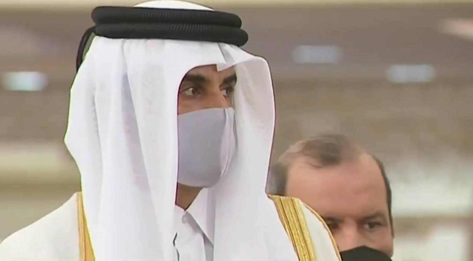 صورة لأمير قطر أثناء تأدية واجب العزاء في الأمير الراحل